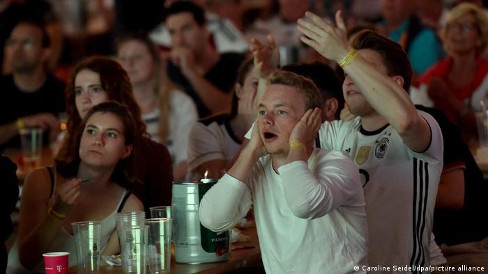 دیدار تیمهای ملی فوتبال آلمان و فرانسه از صحنههای مهیج فراوانی برخوردار بود. در این صحنه طرفداران تیم ملی آلمان در شهر اسن، نگران عملکرد تیم خود هستند.