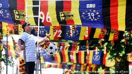 نصب ۵۰۰ پرچم در یک خیابان مسکونی