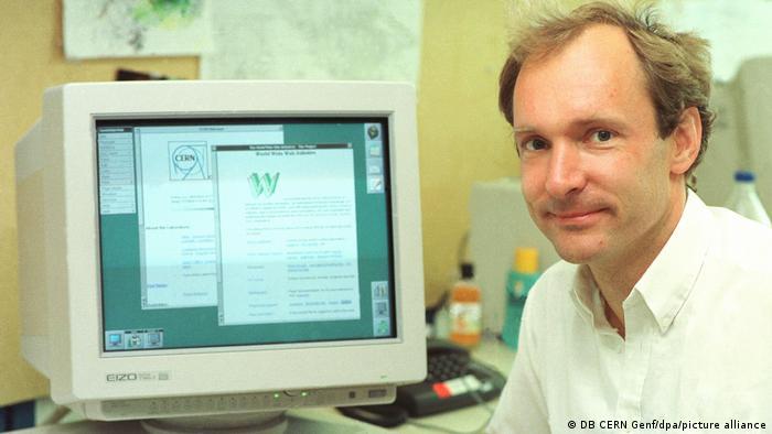 Computerwissenschaftler Tim Berners-Lee Erfinder des WWW Quellcodes vor einem Computerbildschirm im Jahr 1994 im Cern in Genf