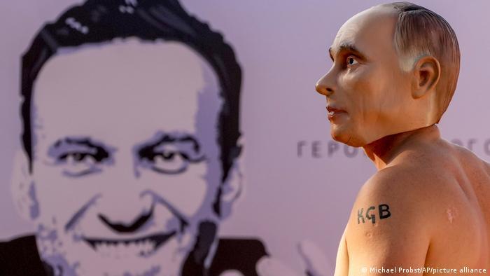Ein Mann mit Putin-Maske vor einem Nawalny-Plakat bei einer Demonstration Mitte Juni in Genf in der Schweiz