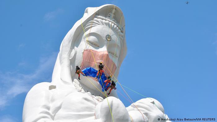 Japan Statue der buddhistischen Gottheit Kannon bekommt Mund-Nasen-Maske