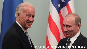 2011年,当时还是美国副总统的拜登和当时还是俄罗斯总理的普京握手