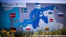 Маршрут другої черги Півнчного потоку на інформаційному стенді будмайданчику у німецькому Любміні, де буде кінцевий пункт газогону