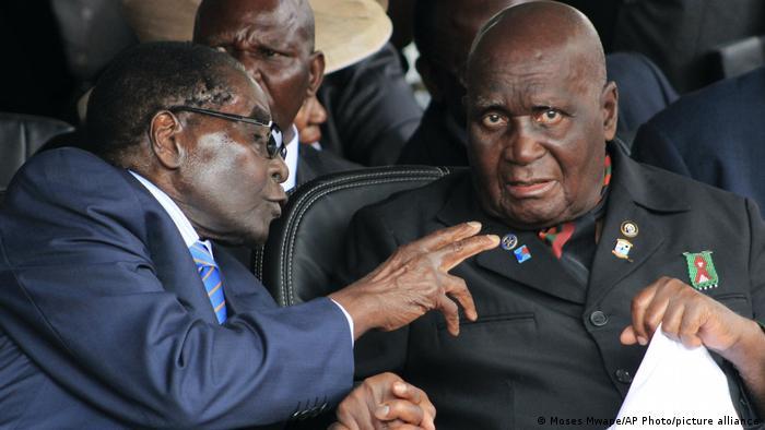 Sambia | der ehemalige Präsident von Sambia Kenneth Kaunda mit dem Präsidenten von Zimbabwe Robert Mugabe