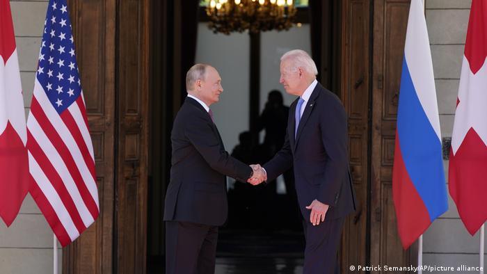 Treffen von US-Präsident Joe Biden (r.) und Kreml-Chef Wladimir Putin Mitte Juni in Genf