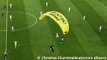 Deutschland München | Greenpeace Protest beim EMFußballspiel Frankreich - Deutschland