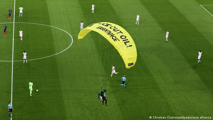 El activista de Greenpeace aterriza en el campo.
