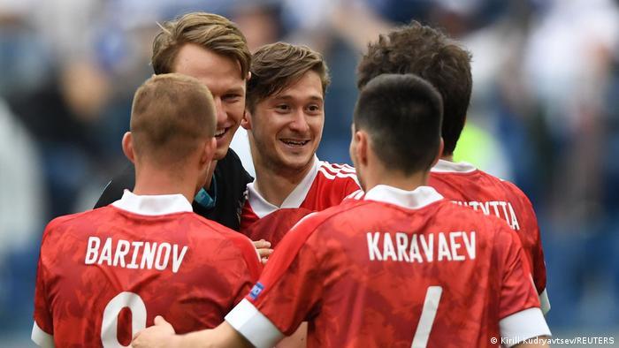 لاعبو روسيا يحتفلون بعد الفوز بمباراة فنلندا وإحياء آمال الصعود إلى ثمن النهائي بيورو 2020