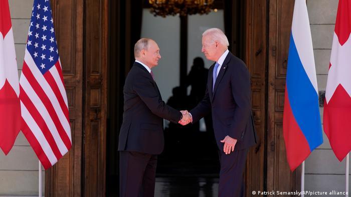 Рукопожатие Владимира Путина и Джо Байдена в Женеве