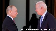 Путин и Байдет пожимают руки на встрече в Женеве