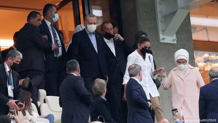 الرئيس التركي رجب طيب أردوغان حضر مع زوجته في استاد باكو بأذربيجان مباراة تركيا التي خسرتها أمام ويلز