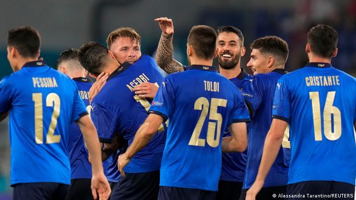 Les joueurs italiens célébrant leur victoire contre la Suisse