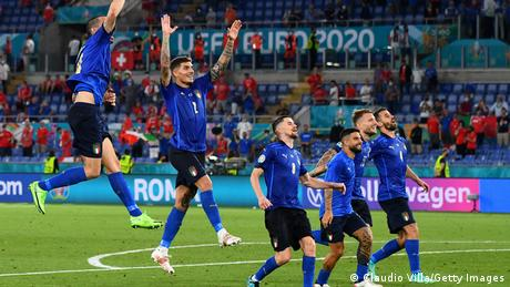 لاعبو إيطاليا في ملعب روما بعد الفوز على سويسرا 3/1 )16/6/2021)