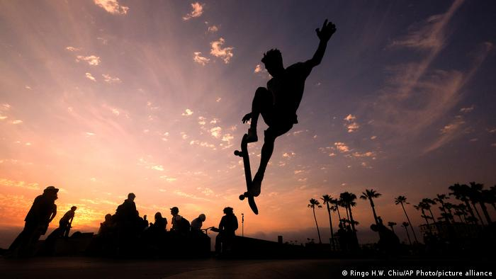 Skejter na plaži u Los Anđelesu u visokom skoku. Sunce zalazi i pravi je trenutak za rashlađenje. Već danima je tamo znatno toplije za ovo doba godine nego obično. To podstiče zabrinutost da bi takvo ekstremno vreme moglo da postane nova normalnost.