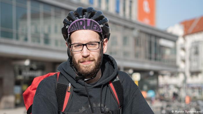 Deutschland | Lieferdienst-Kooperative Khora |Fahrradkurier Mattia