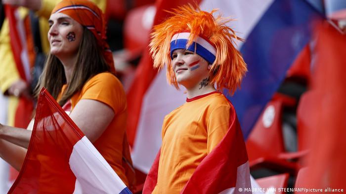 تیم ملی فوتبال هلند به نارنجیپوشها معروفند. از این رو جای تعجب نیست که تقریبا تمامی طرفداران این تیم با لباسها و آرایشهای نارنجیرنگ روانه ورزشگاه شده و میشوند.