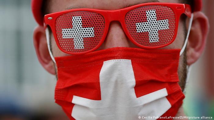 این هم یکی یکی دیگر از هوداران تیم ملی فوتبال سوئیس که خود را به عینک و ماسک صلیبی مجهز کرده است.