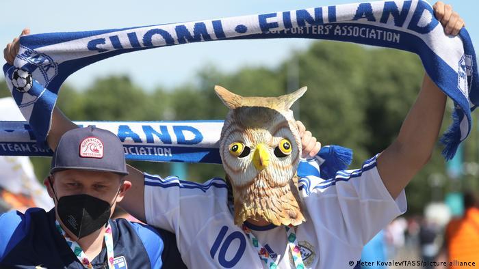البته برخی تنها به رنگآمیزی چهره اکتفا نکرده و مستقیما ماسک میزنند تا برای تشویق ملیپوشان خود راهی استادیومها شوود، از جمله این هودارا تیم ملی فنلاند که ماسک جغد بر چهره دارد.