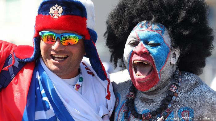 این دو فوتبالدوست طرفدار تیم ملی فوتبال روسیه هستند. به سر کردن کلاه پشمی و یا کلاهگیس در این ایام گرم تابستانی چندان هم آسان نیست.