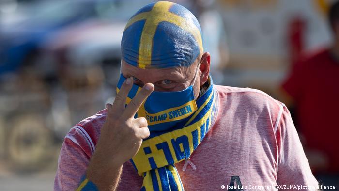 با توجه به استفاده اجباری از ماسک ایمنی، آرایش صورت گاهی چندان اثربخش نیست، از این روست که فوتبالدوستان در پی راههایی بکر هستند، از جمله این طرفدار تیم ملی فوتبال سوئد که کله تاس خود را به رنگ پرچمهای این کشور درآورده است.