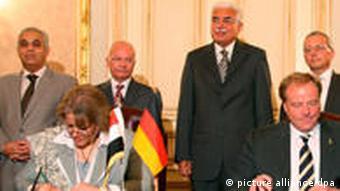 Niebel und Ägytens Minister für internationale Kooperation, Faiza Abu Naga (2.v.l., Foto: ap)