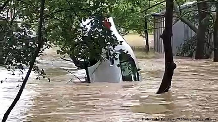 Керчь, июнь 2021 года. Наводнение и перевернутый автомобиль в потоке воды