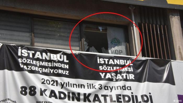Счупено стъкло след нападението в бюрото на партията в Измир