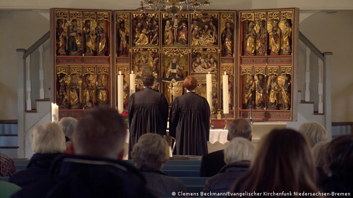 Пасторы Штеффи и Эллен Радтке перед алтарем