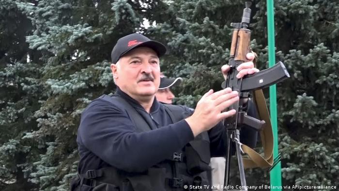 Александр Лукашенко с автоматом в руках