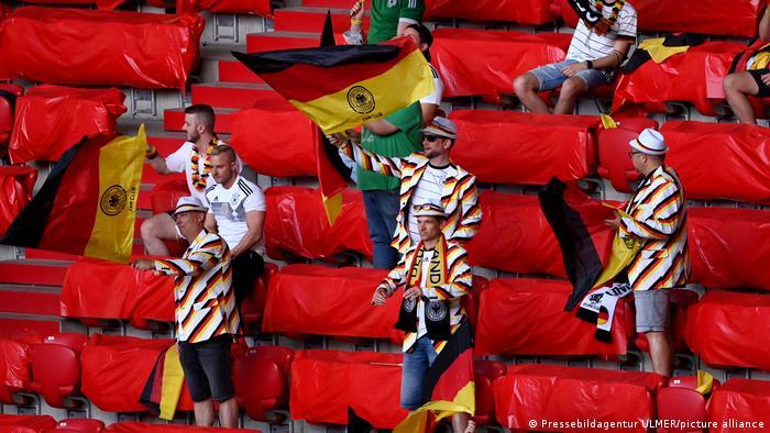 این هواداران تیم ملی فوتبال آلمان ترجیح دادهاند که کمی شیک به استادیوم بیایند و کتهایی ویژه به رنگهای پرچم آلمان پوشیدهاند.