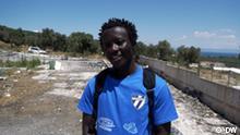 Paul Asema Yongo, einen Flüchtling, der beim Fußballteams Cosmos FC auf der griechischen Insel Lesbos spielt.