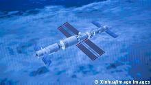 Andockung des chinesische Raumschiff Shenzhou 12 im Weltall