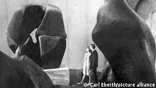 Blick in einen Raum mit Plastiken von Henry Moore wenige Tage vor der Eröffnung der documenta III in Kassel. Rund 1.450 Werke von 250 Künstlern werden vom 27.06. bis 05.10.1964 gezeigt. Die zur Zeit alle fünf Jahre stattfindende documenta zählt zu den bedeutensten Ausstellungen für zeitgenössische Kunst.