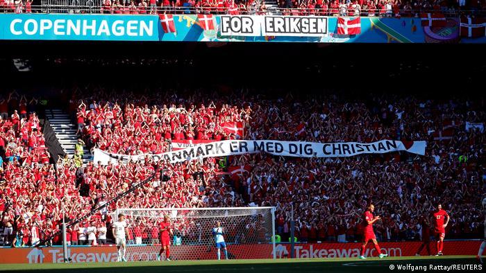 Dänische Fans mit Banner auf der Tribüne, auf dem geschrieben steht: Ganz Dänemark ist mit dir, Christian