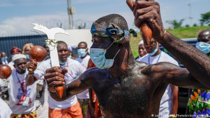 Un partisan de Laurent Gbagbo effectue une danse traditionnelle