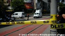 Ein Bereich ist nach einem Angriff auf das Büro der prokurdischen Oppositionspartei HDP abgesperrt. Bei dem Angriff wurde eine 38-jährige Mitarbeiterin erschossen. Ein Angreifer sei heute in das Parteibüro im Zentrum der Stadt eingedrungen und habe um sich geschossen, teilte die HDP mit. +++ dpa-Bildfunk +++