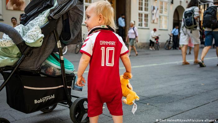 این دوره از بازیها بار دیگر نشان داد که عشق به فوتبال سن و سال نمیشناسد. تصویری از یکی از هواداران کوچولو و دوآتشه تیم ملی دانمارک که قد او از کالسکه هم فراتر نمیرود.