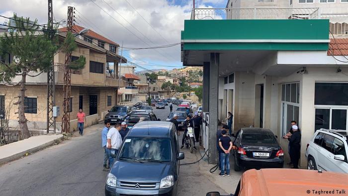 Libanon | Lange Schlangen vor der Tankstelle in Rashaya