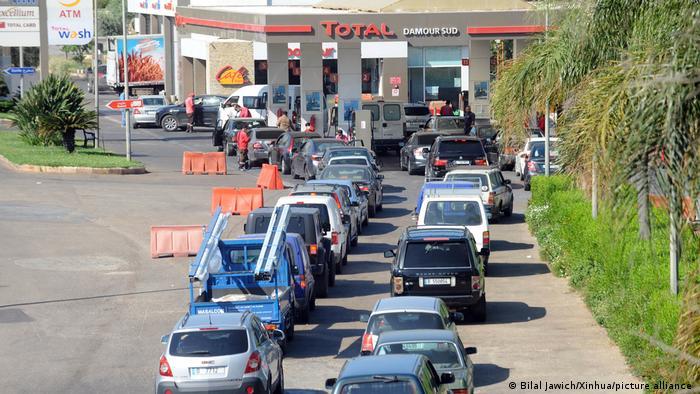 Libanon | Warteschlange an einer Tankstelle in Beirut