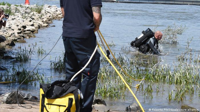 Поисково-спасательные работы на Рейне около Дуйсбурга