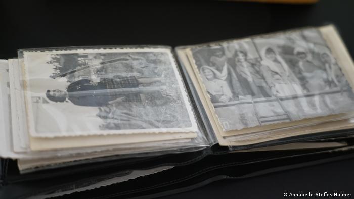 Μικρή εικόνα ablum με παλιές ασπρόμαυρες φωτογραφίες.