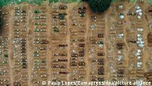 Luftblick auf neue Gräber im Friedhof Vila Formosa. São Paulo, eine der größten Städte Lateinamerikas, ist auch eine der Städte Brasiliens mit den meisten Corona-Toten. Weil außer den Krankenhäusern die Friedhöfe ans Limit kommen, wurden Massengräber ausgehoben. (zu dpa Corona-Krise: Brasilien am Limit) +++ dpa-Bildfunk +++