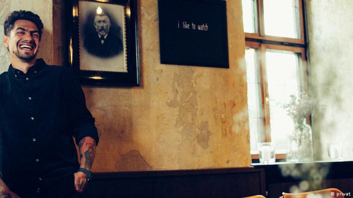 Manuel Meier, stehend vor einer Altbau-Wand