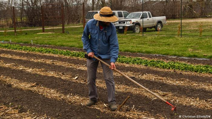 Grant Shadden jätet ein Feld in Iowa, USA