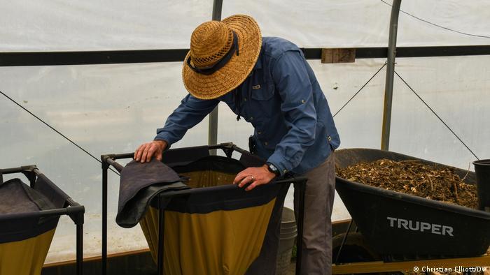 Produktionsleiter Grant Shadden mischt Kompost