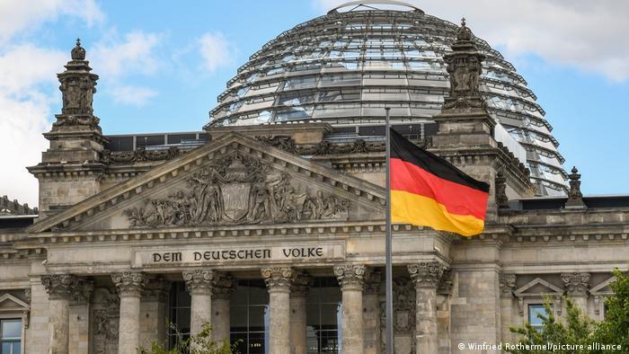 Die deutsche Flagge wurde vor dem Reichstagsgebäude in Berlin gesehen