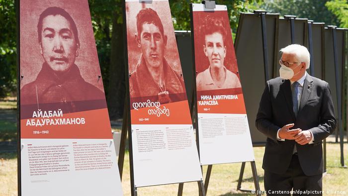 Після виступу Штайнмаєр оглянув виставку