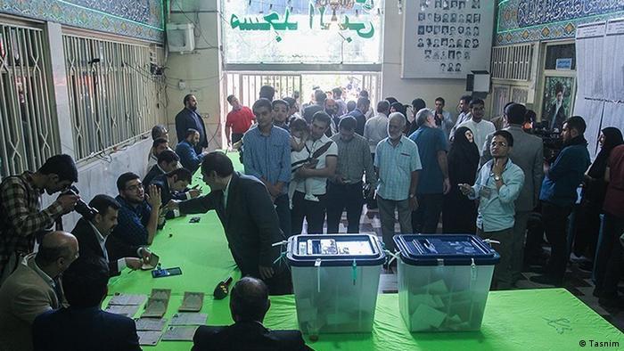 تصویر حوزه اخذ رای در مسجد النبی در انتخابات ریاست جمهوری سال ۱۳۹۶ را نشان میدهد.