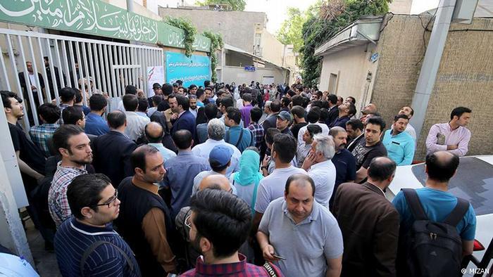 تصویر محوطه بیرونی حوزه اخذ رای حسینیه جماران در سال ۱۳۹۶ را نشان میدهد.