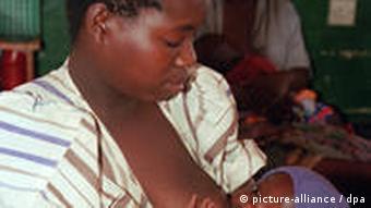 Eine Mutter stillt ihr Baby auf der Kinderstation des Krankenhauses in Ekwendeni / Nord-Malawi (Aufnahme vom 14.6.2001). Das kirchlich geführte und von Unicef unterstützte Hospital kümmert sich nicht nur um die Krankenversorgung, sondern widmet sich auch der Aids-Aufklärung. Malawi ist eines der ärmsten und von Aids am härtesten betroffenen Länder Afrikas. Im südlichen Afrika leben 70 Prozent der weltweit 36 Millionen HIV-Infizierten, 12 Mio. Kinder haben bereits ihre Eltern verloren. Unicef sammelt in seiner diesjährigen Weihnachtskampagne Spenden für Aids-Projekte in Malawi und anderen afrikanischen Ländern.